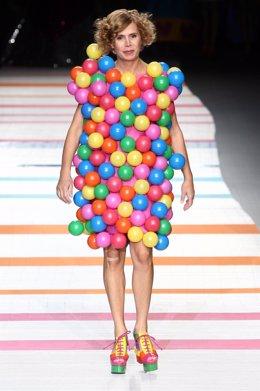 Ágatha Ruíz de la Prada con uno de sus modelos en Cibeles Madrid Fashion Week