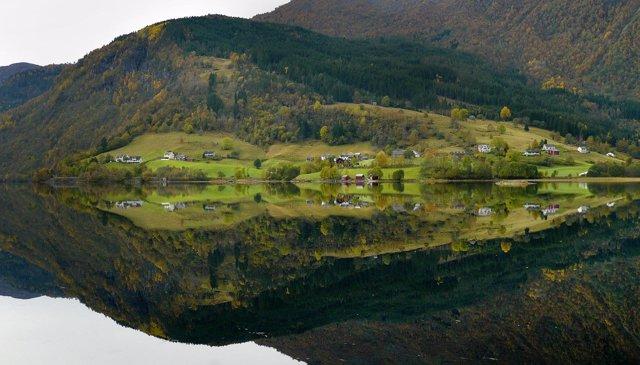 Fiordo en Noruega naturaleza agua