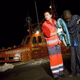 un inmigrante es socorrido por la cruz roja