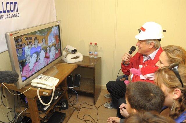 El presidente de Chile, Sebastián Piñera, hablando este fin de semana con los 33