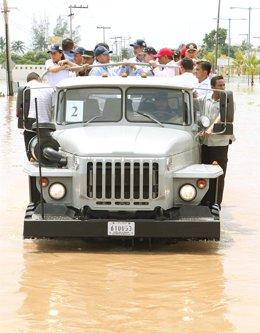 El presidente de México, Felipe Calderón, visitando las zonas afectadas por 'Kar
