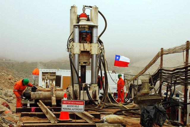 Una máquina taladradora cava un agujero para rescatar a los mineros