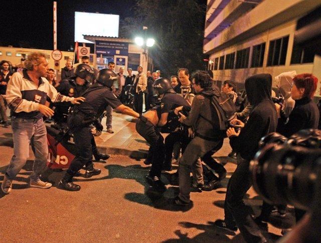 Incidentes entre piquetes y policía en las cocheras de la EMT de Chamartín en Ma
