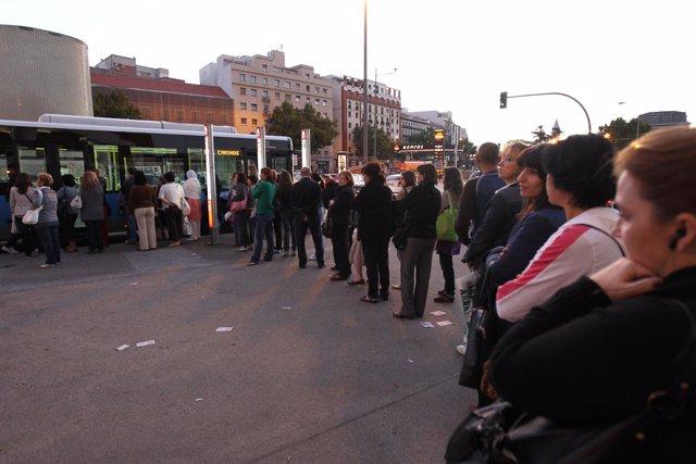 Colas en las paradas de autobuses en la huelga general