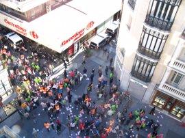 Un piquete corta al tráfico la calle Miguel Íscar de Valladolid y se dirige a los comercios del centro