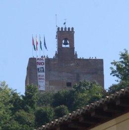 Pancarta de huelga general en la Torre de la Vela de la Alhambra