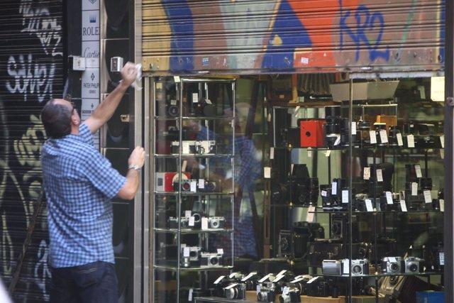 Un comercio abre sus puertas en el día de la huelga general
