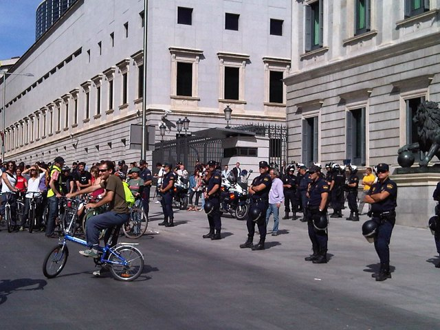 Ciclistas huelguistas en el Congreso