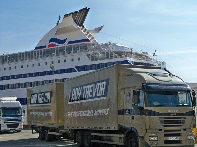 Camiones desembarcando del Ferry en el Puerto de Santander