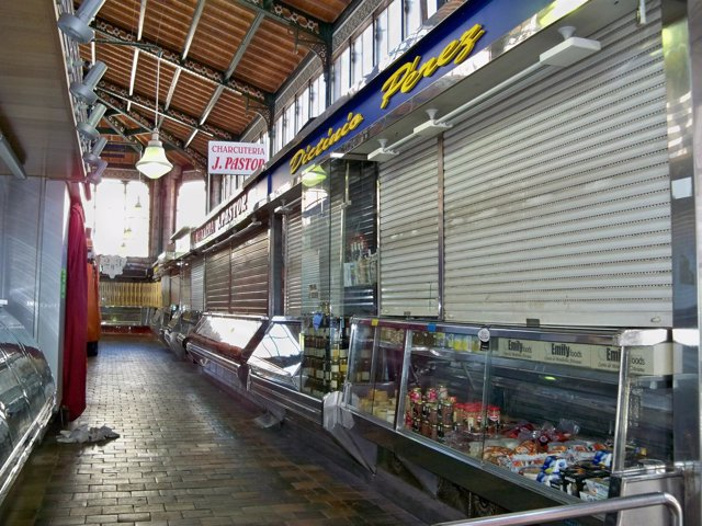 Puestos cerrados en el Mercado de la Esperanza