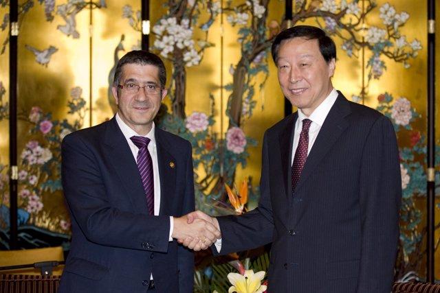 El lehendakari con el gobernador de Jiangsu (China)
