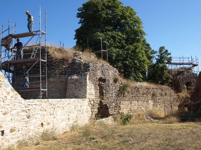 Los operarios trabajan ya sobre los torreones de la fortaleza.