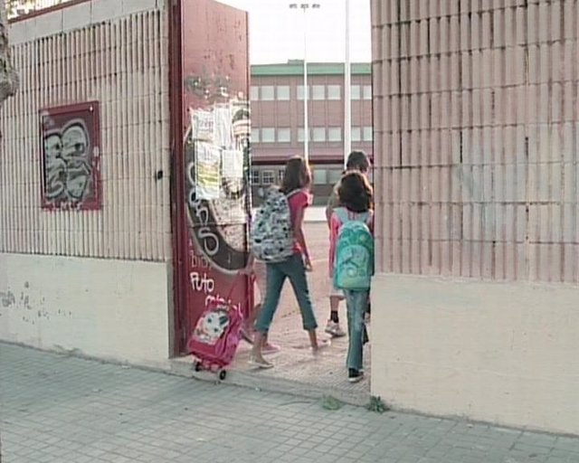 Niños entrando al centro escolar