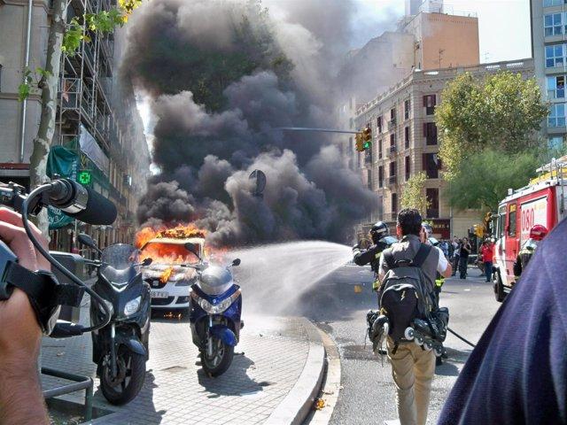 El coche de la Guardia Urbana en llamas en Barcelona