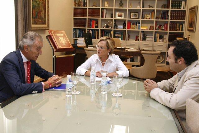 La presidenta de Diputación de Huelva, Petronila Guerrero, con la Hermandad de E