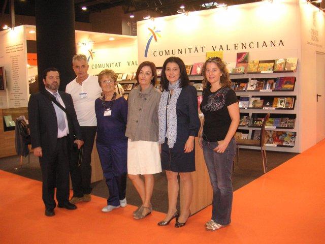 Silvia CAballer junto a representantes de las editoriales