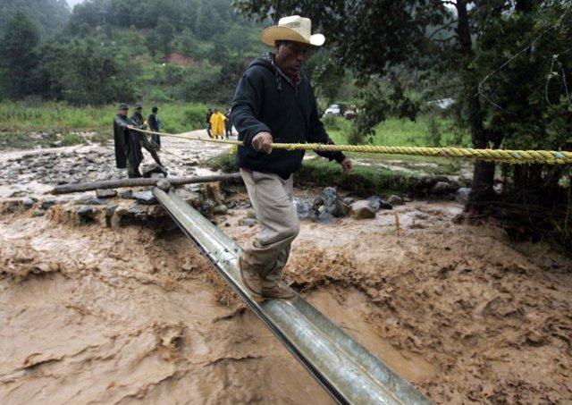 Evacuan a los habitantes de Oaxaca por los aludes de tierra
