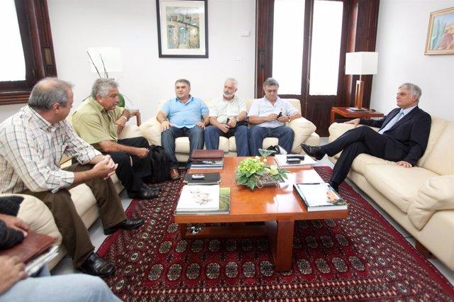El presidente del Cabildo de Gran Canaria, José Miguel Pérez, recibe a represent