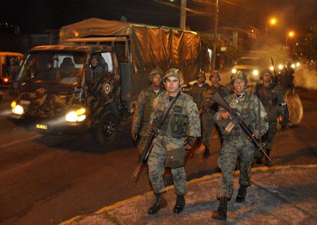 Militares en Quito durante la liberación del presidente de Ecuador, Rafael Corre