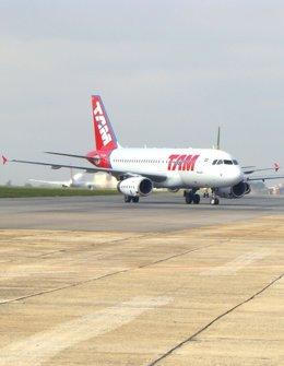 Un avión A319 de la aerolínea brasileña TAM