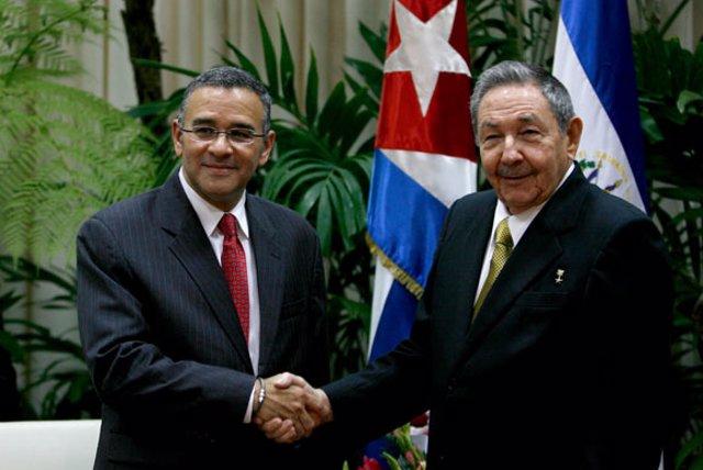 El presidente de El Salvador, Mauricio Funes, y su homólogo cubano, Raúl Castro.