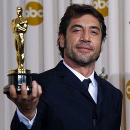 """Javier Bardem muestra orgulloso su primer Oscar por """"No es país para viejos"""""""