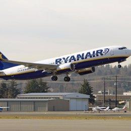 ryanair avion despega pista aterrizaje