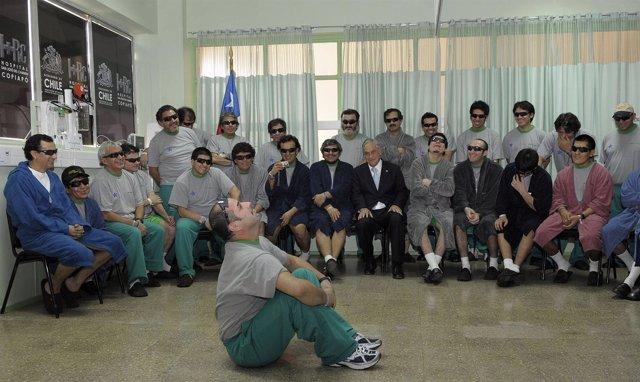 Piñera visita a los mineros en el hospital