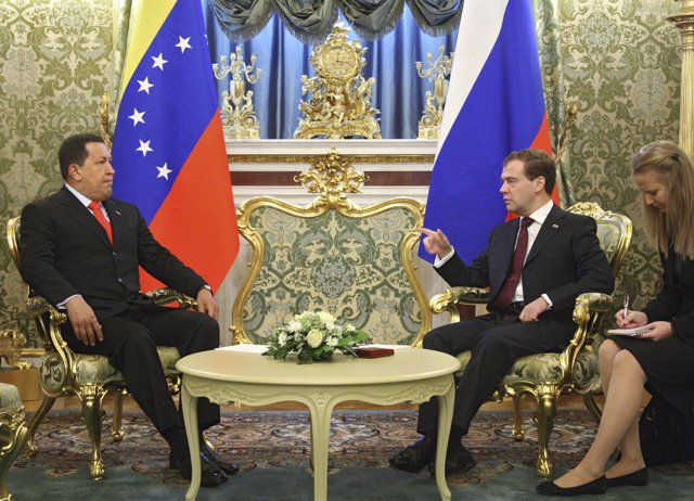 El presidente de Venezuela, Hugo Chávez, se reúne con el presidente de Rusia, Di