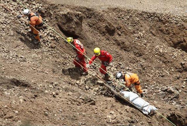 Recuperan los cuerpos de los muertos en el alud (Colombia)