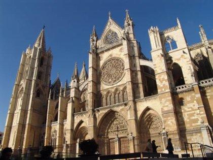 """El """"drama histórico"""" de la Catedral de León, desde la 'silla de la reina' del siglo XIV hasta el incendio de 1966"""