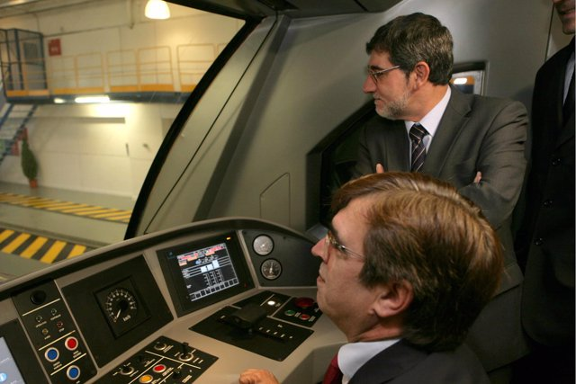 Francesc Antich en una de las nuevas máquinas de tren