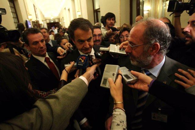 Zapatero, rodeado de periodistas en el Congreso