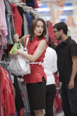 Mujer robando en un comercio