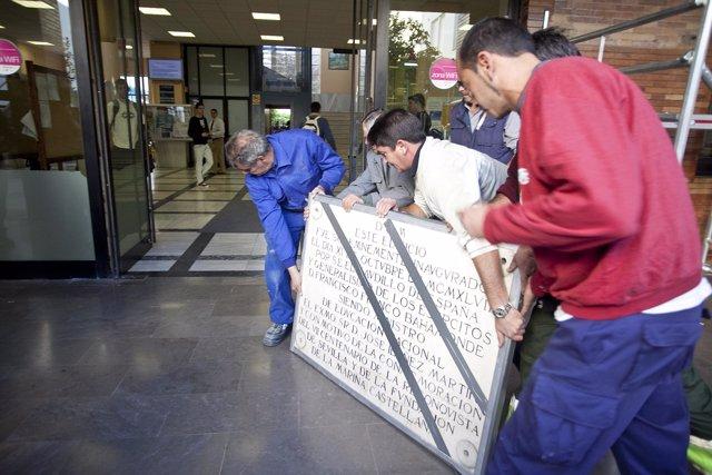 Operarios de la US retirando una placa franquista de la Escuela Politécnica