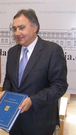 El fiscal superior de Galicia con la Memoria de 2009