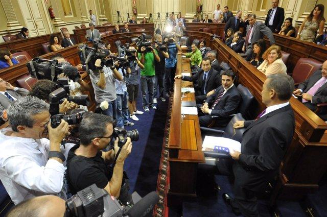 Paulino Rivero llega este miércolesa su escaño en el Parlamento canario, situado