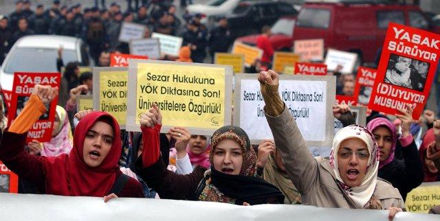 Estudiantes turcas se manifiestan a favor del uso del velo