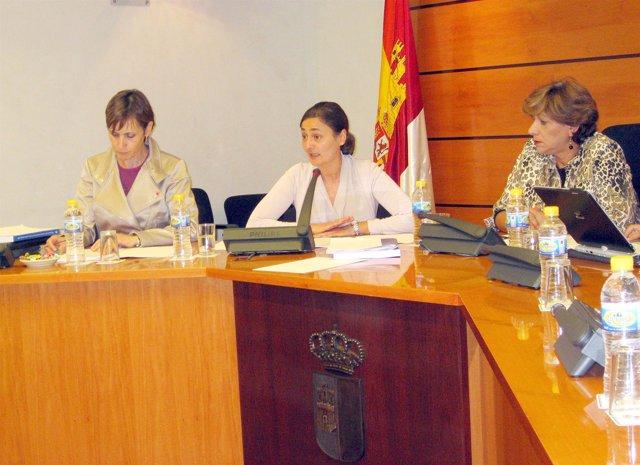 La consejera (c) durante su comparecencia en las Cortes