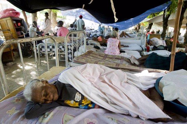 Enfermos de un hospital improvisado en Haití