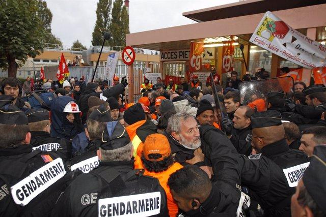 Huelguistas toman el control de la refinería de Grandpuits en Francia