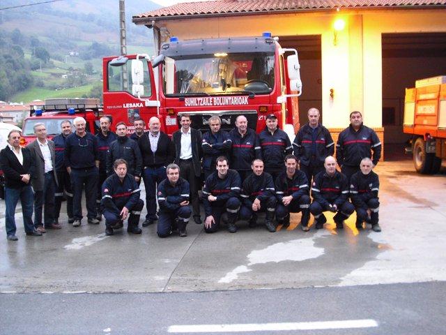 Los bomberos voluntarios de Lesaka, con un nuevo camión.