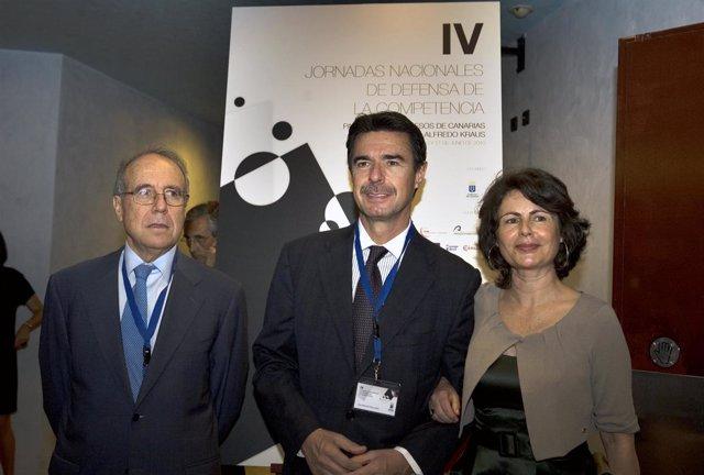 La viceconsejera de Economía del Gobierno canario, Matilde Asián, junto al presi