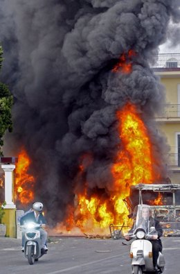 Un camión arde durante las protestas en Nápoles (Italia) por la construcción de
