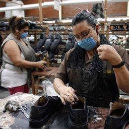 Trabajadoras con zapatos