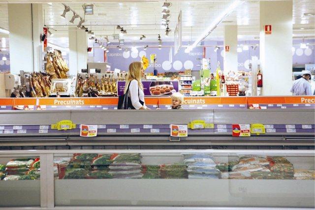 Mujer realizando la compra en un supermercado