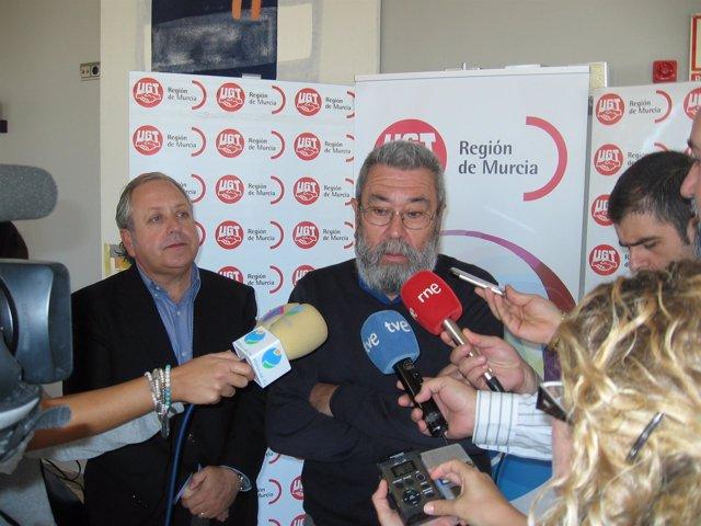 Cándido Méndez atiende a los medios junto al secretario general de UGT en Murcia