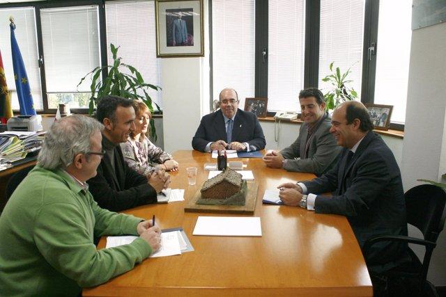 Oria, en el centro, durante la firma del convenio.