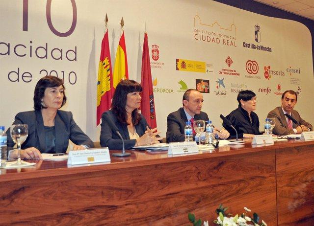 La consejera Ana Fernández (izquierda) en un acto en Ciudad Real
