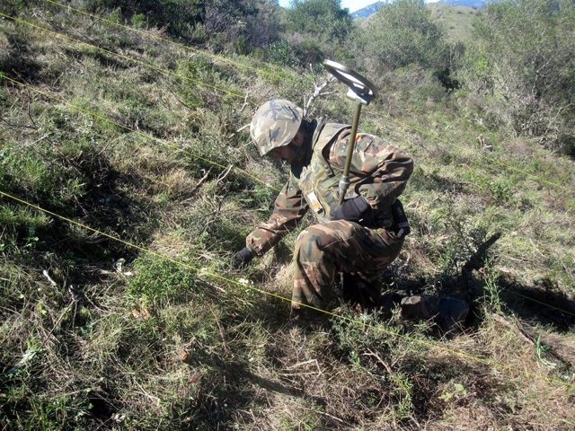 Efectivo del regimiento de Pontoneros de Zaragoza trabajando en campo de maniobr